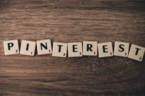 Das Wort Pinterest, gelegt aus Scrabble-Steinen.